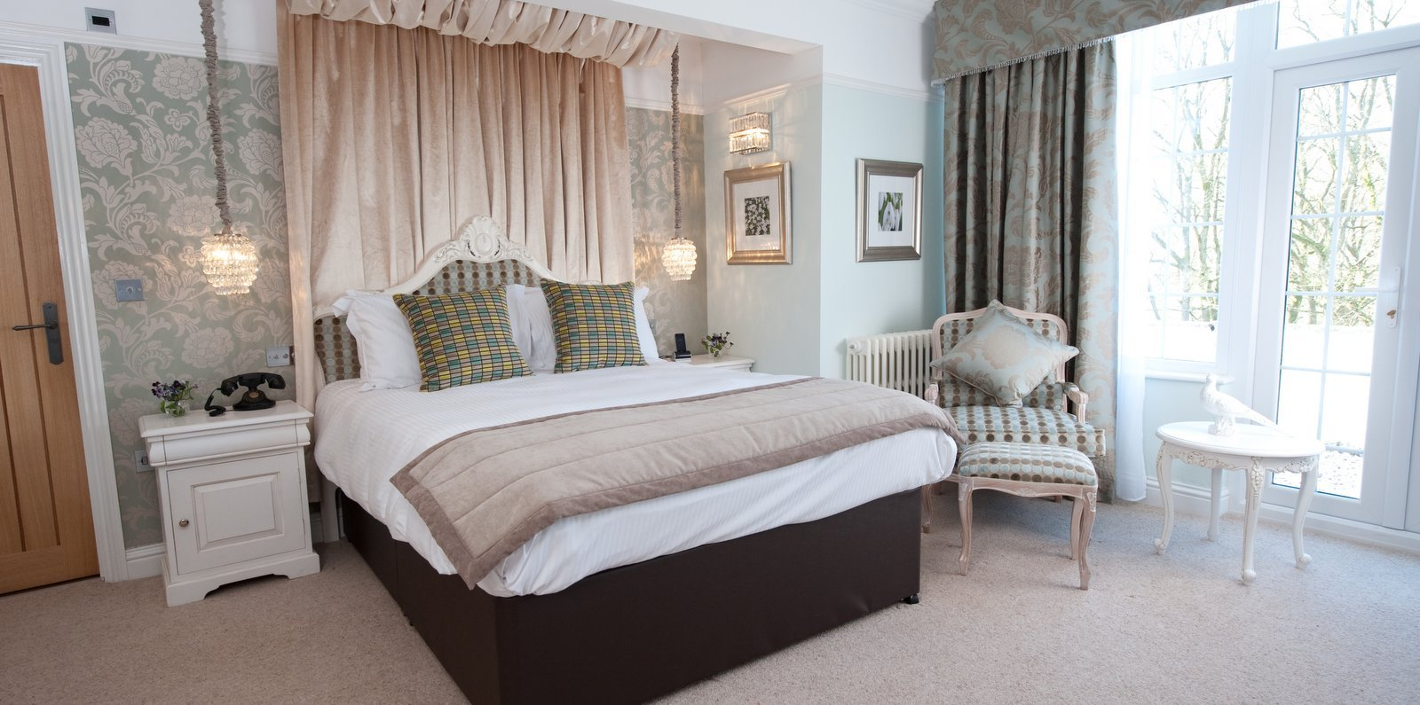 09-A-Luxury-Bedroom